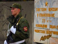 солдат у памятника