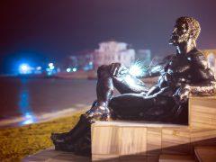 памятник Гераклу в Евпатории ночью
