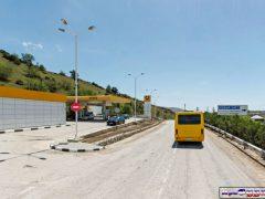 заправка в Судаке, автобус сзади на дороге