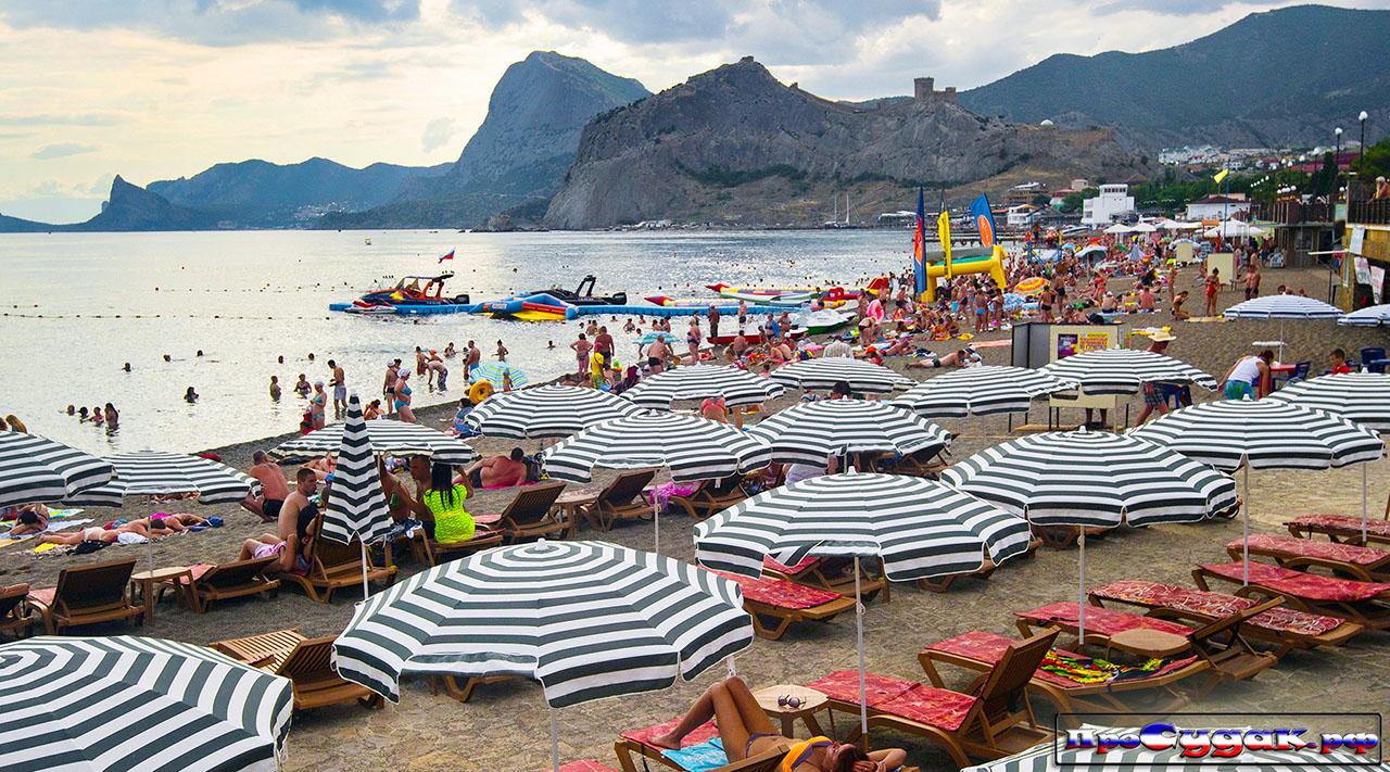 пляж Судака с лежаками