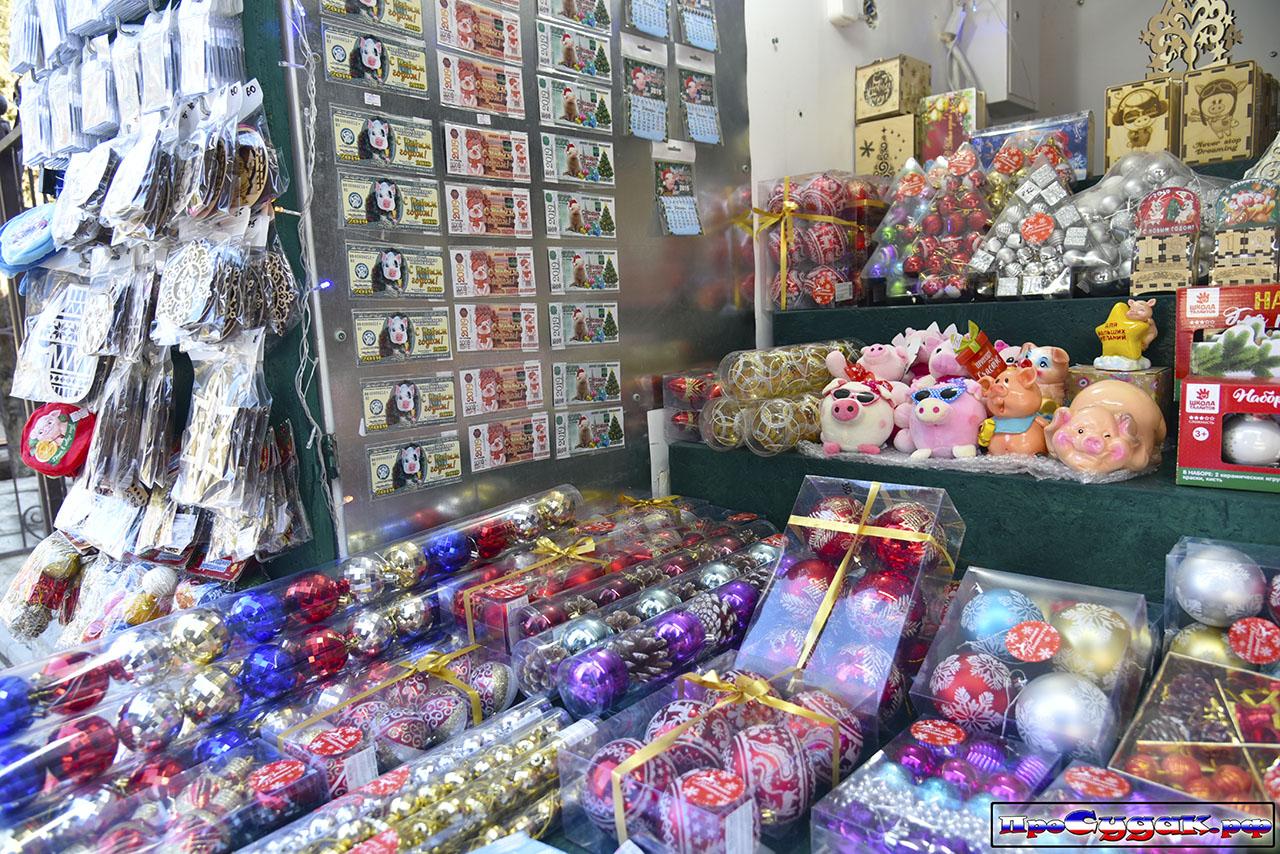 торговля новогодними игрушками