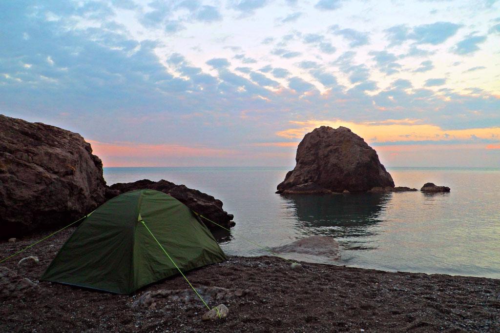 палатка у моря
