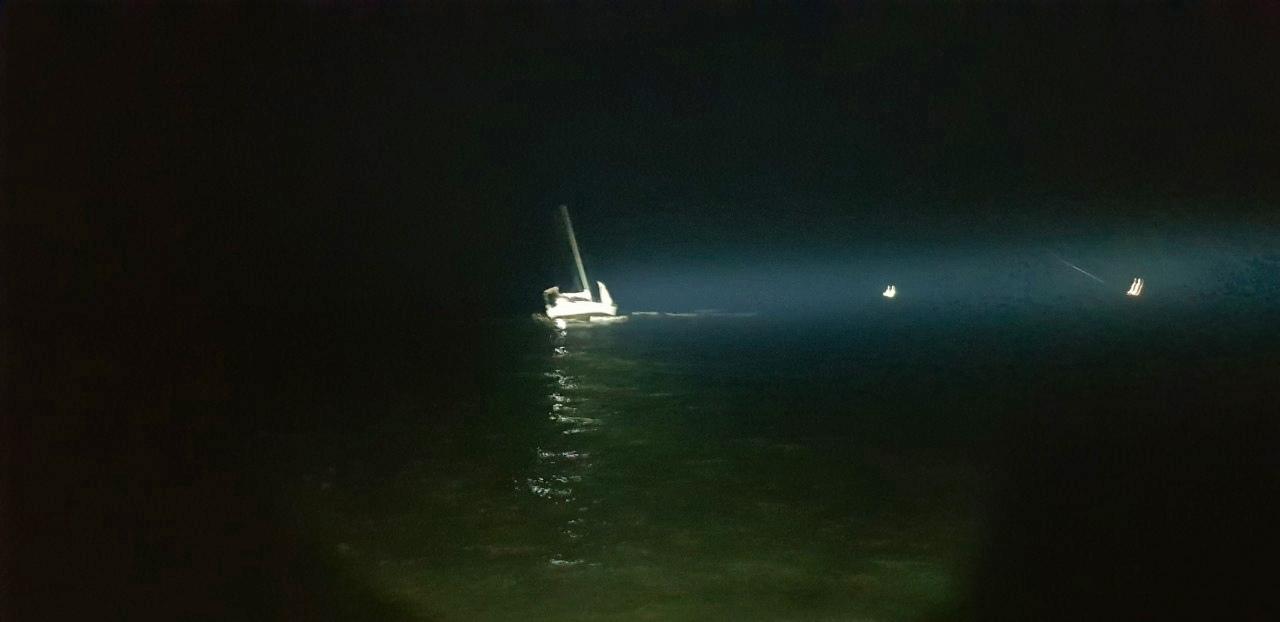 Яхта на мели ночью