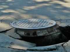 Вода Крыма, сломанный люк