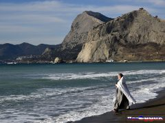 священник в море